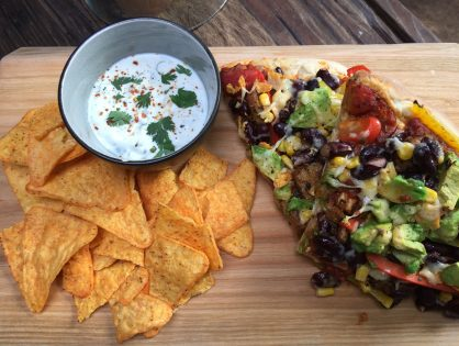 Mexicaanse vegetarische pizza met tortillachips