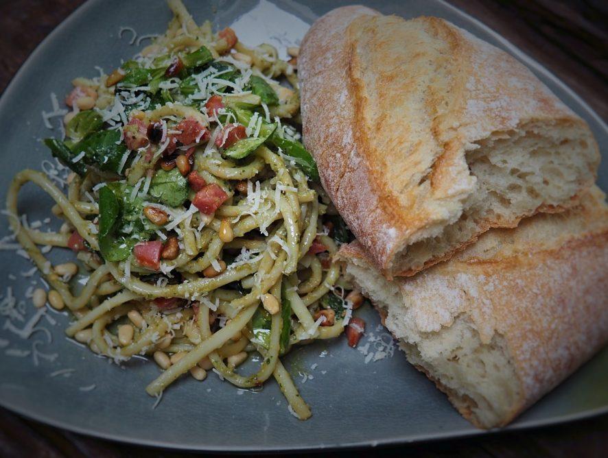 pasta met avocado pesto: romig en pittig