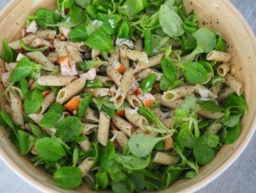 Gezonde pastasalade met gerookte kip en pesto