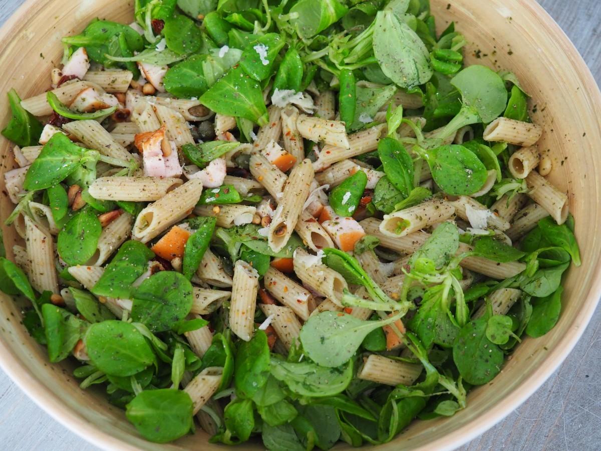 Gezonde pastasalade met gerookte kip en pesto - Familie over de kook
