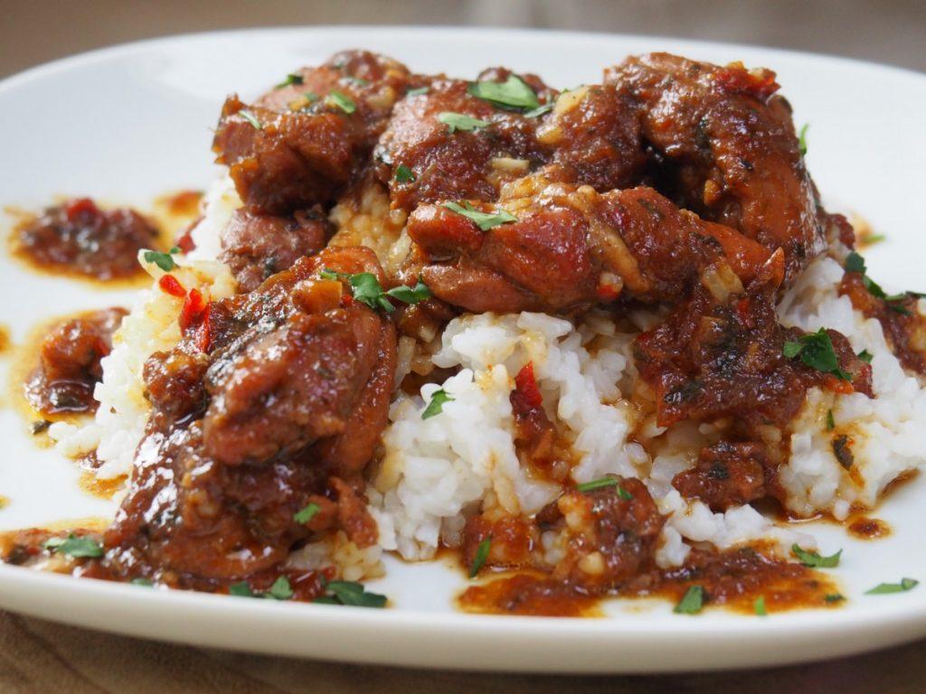 Surinaamse stoofpot met kip maken en serveren met rijst