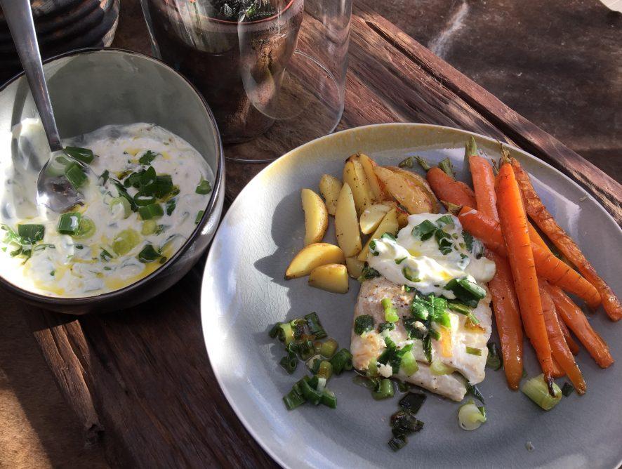 Aardappel ovenschotel met wortel, kabeljauw en een frisse yoghurtsaus