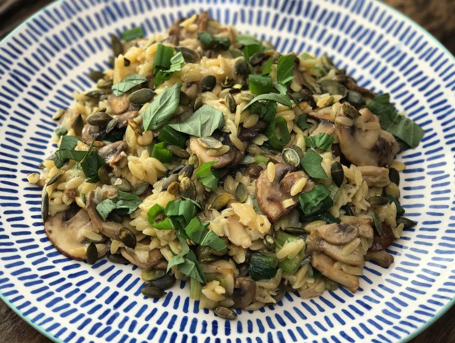 Vegetarisch recept: Orzo risotto met paddenstoelen