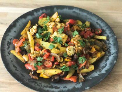 gegrilde groenten met aardappelen en kip uit de oven