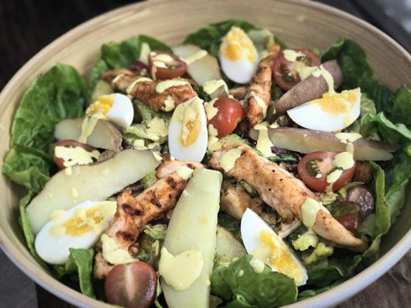 Maaltijdsalade met aardappel kruidige kip en frisse dressing