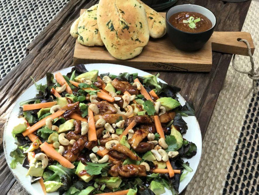 Aziatische salade met kip en pittige satésaus
