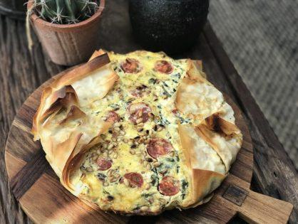 hartige taart van filodeeg met spinazie en fetakaas
