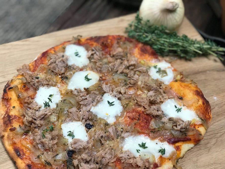 Pizza met tonijn en gekarameliseerde uien
