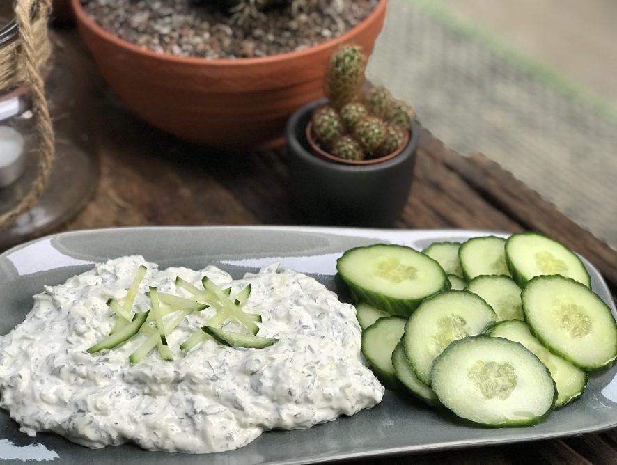 zelf tzatziki maken met verse kruiden en een verrassend ingrediënt