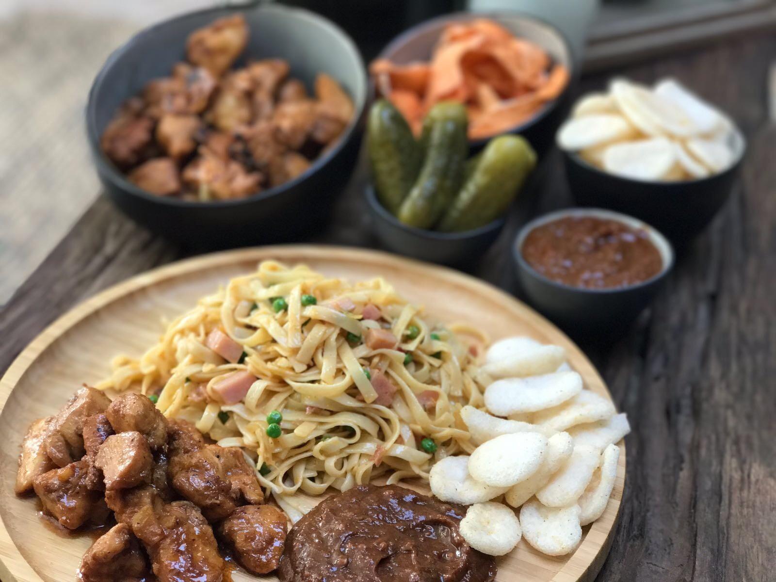 Chinese bami met pittige satésaus - Familie over de kook