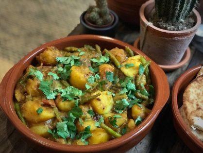 Indiase stoofschotel met aardappelen en sperziebonen
