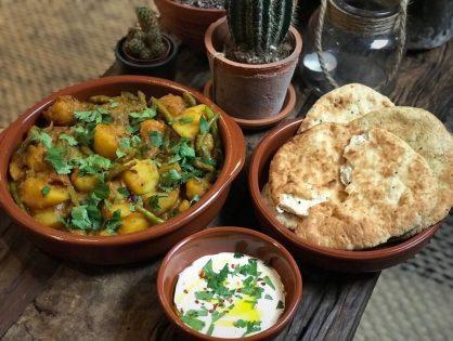 Vegetarische Indiase stoofschotel met aardappelen en sperziebonen