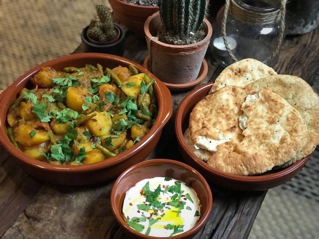 Vegetarische Indiase stoofschotel met aardappelen en sperziebonen - Familie over de kook