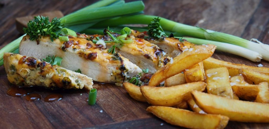 zelfgemaakte friet kip in chilisaus ovenschotel
