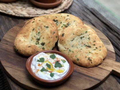 Naan brood maken met knoflook en koriander