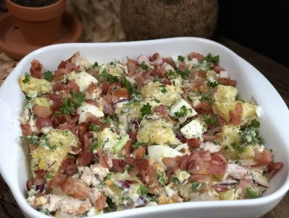 aardappelsalade met gerookte kip, spek en ei