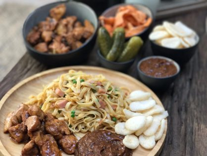 Chinese bami maken met saté en satésaus