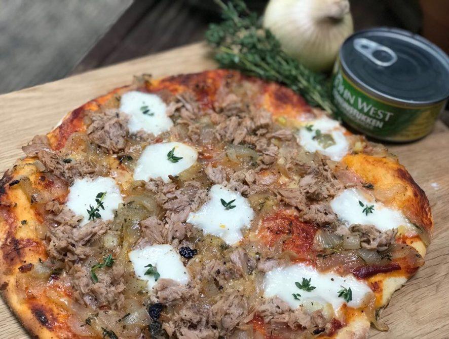 pizza met tonijn, ui en tijm