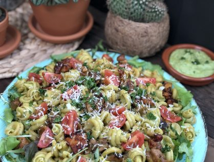 pasta met avocado dressing en pikante kip