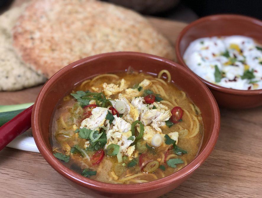 pittige Thaise currysoep met kip en noedels