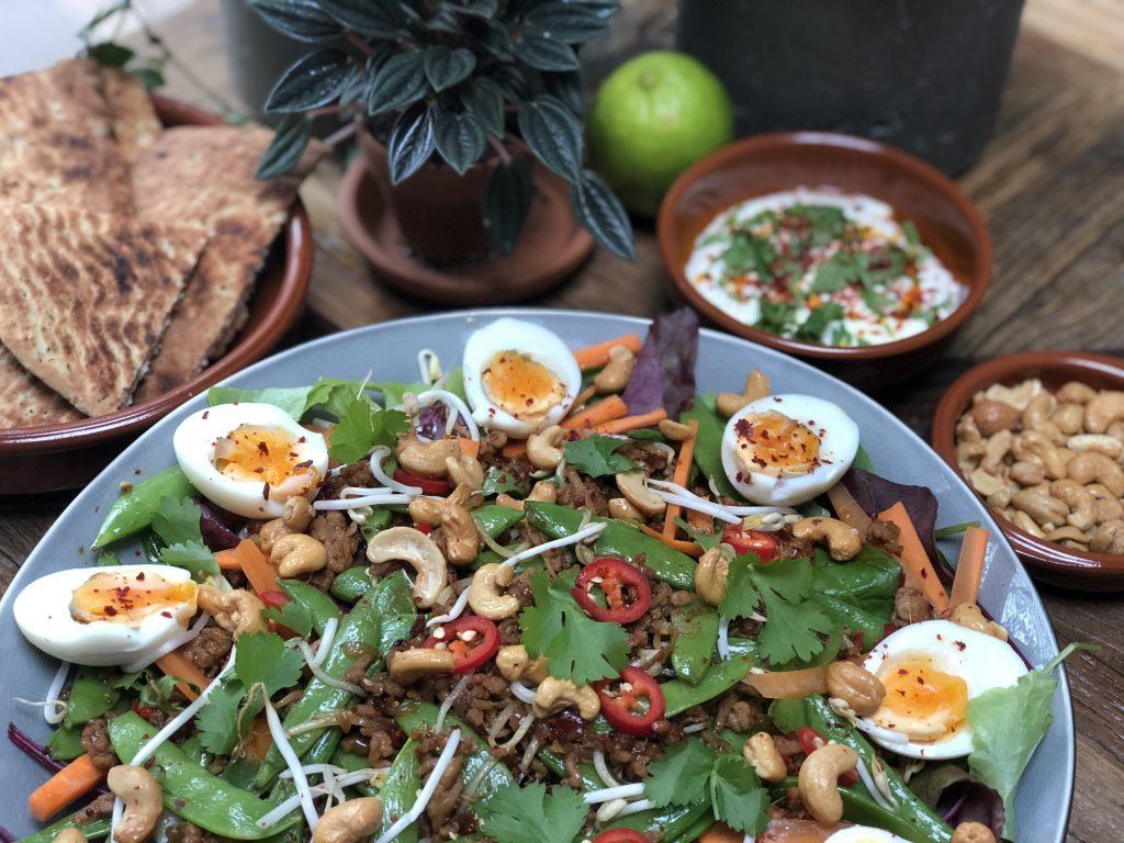 Thaise salade met kipgehakt en groenten - Familie over de kook