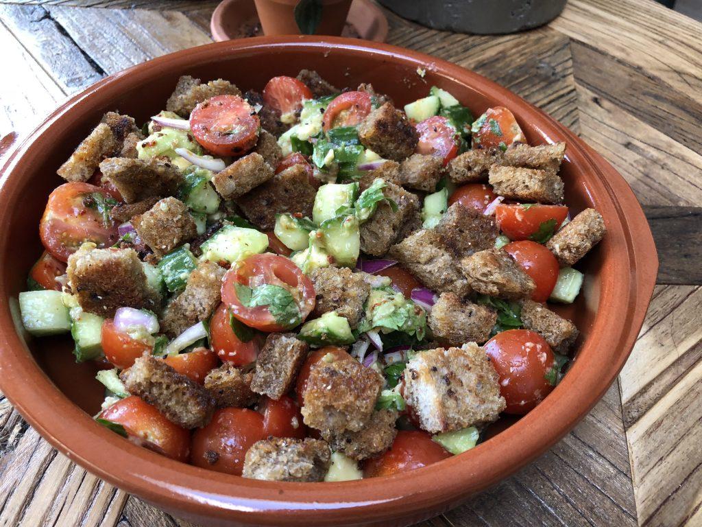 simpele tomatensalade met pittige broodcroutons - Familie over de kook