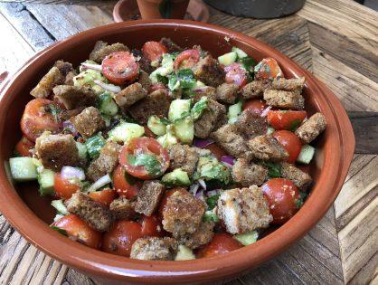 simpele tomatensalade met pittige broodcroutons