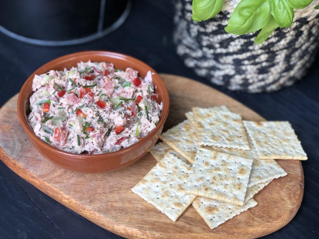 pittige tonijnsalade met rode peper en sriracha
