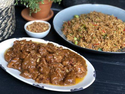 snelle kip in pindasaus met roerbakgroenten en rijst
