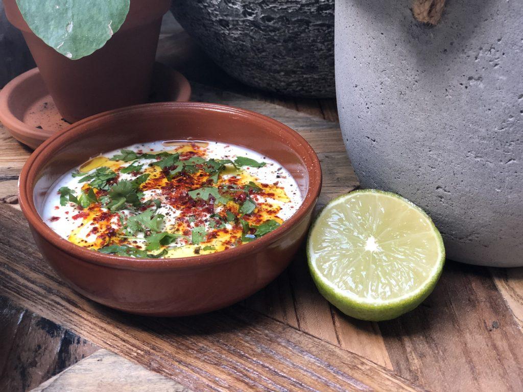 frisse yoghurtdip met chilivlokken, limoen en koriander