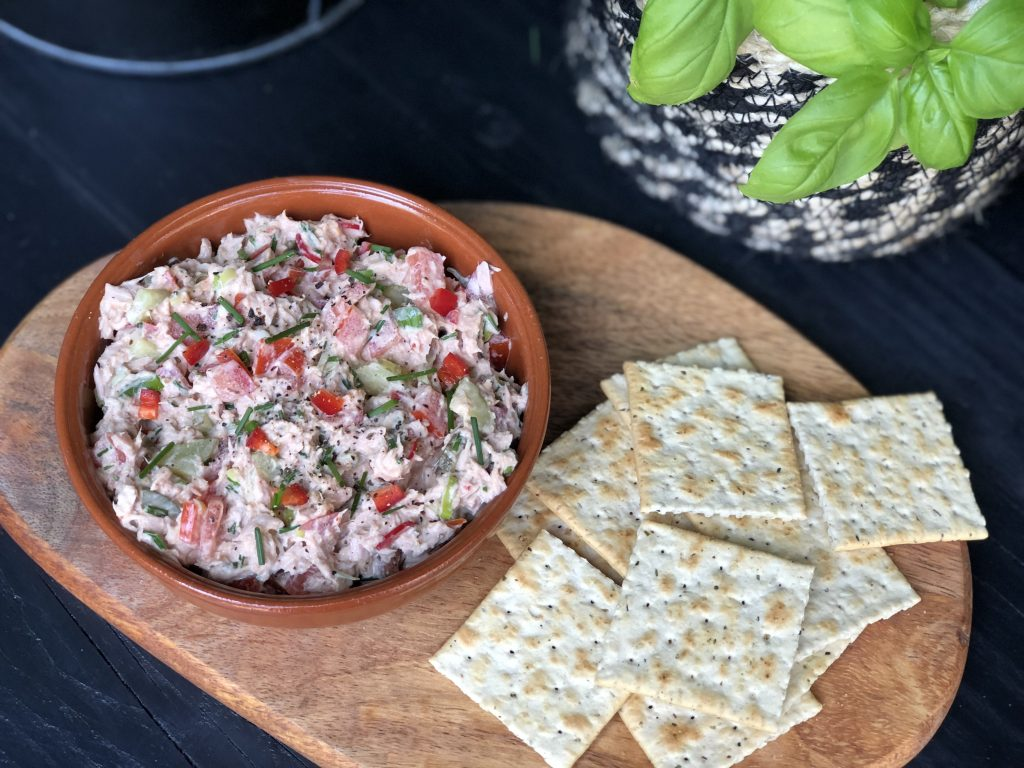 pittige tonijnsalade met sriracha en rode peper. - Familie over de kook