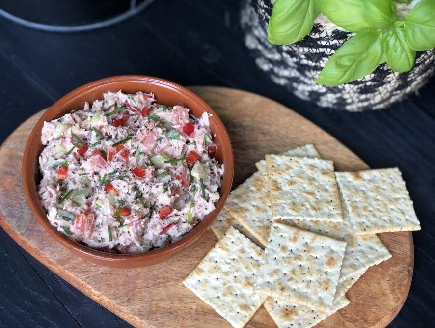 pittige tonijnsalade met sriracha en rode peper.