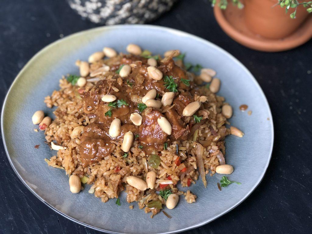 kip in pindasaus met roerbakgroenten en rijst - Familie over de kook