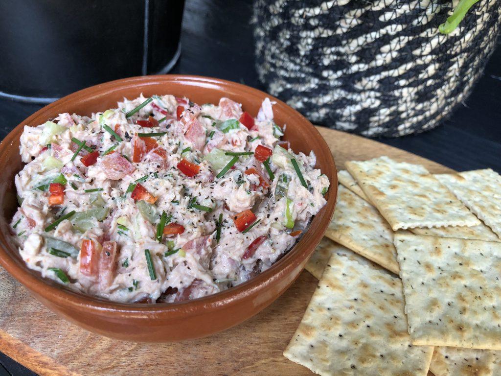 pittige tonijnsalade met sriracha en rode peper
