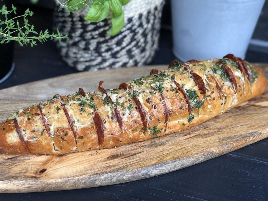Spaans gevuld stokbrood met chorizo en kruidenroomboter van de bbq