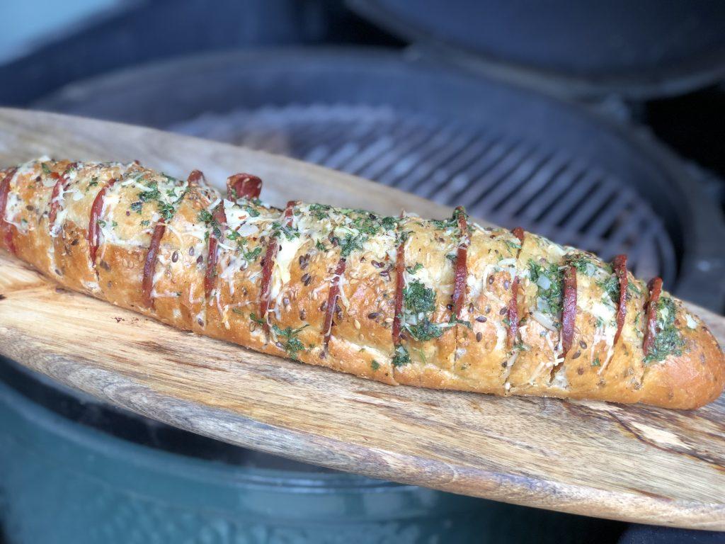 gevuld stokbrood van de bbq met chorizo, kaas en kruidenboter