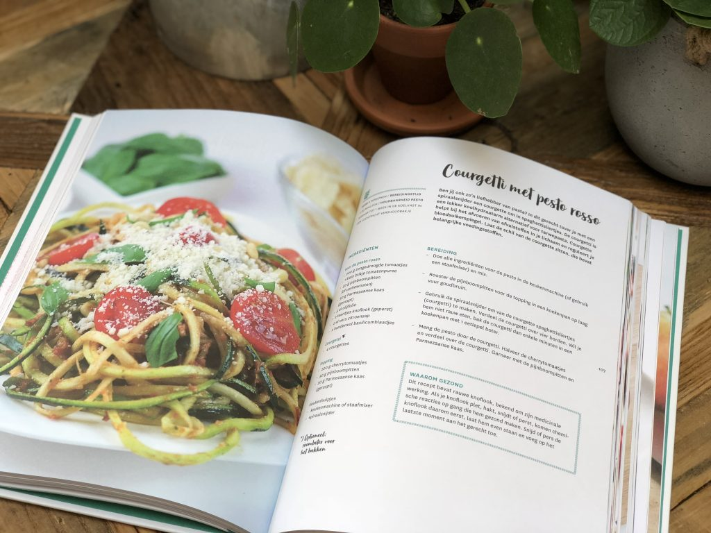Nora French courgette pasta met rode pesto