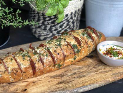 Spaans gevuld stokbrood met chorizo van de bbq