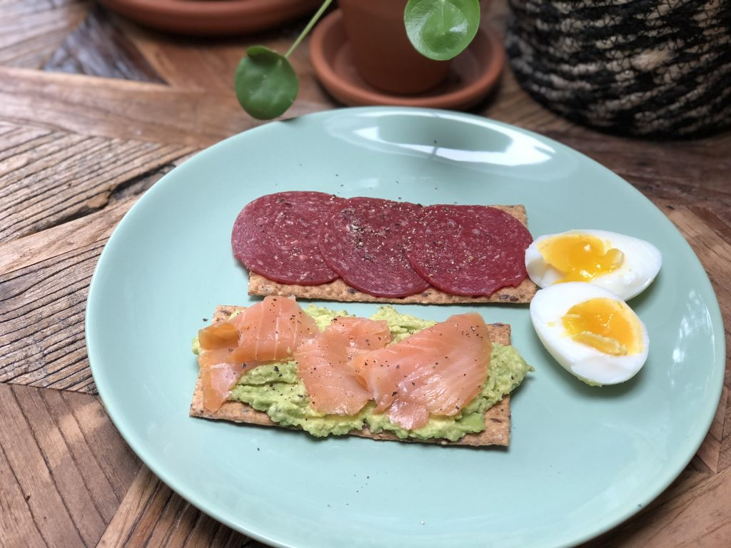 lunch met crackers, avocado, gerookte zalm ei