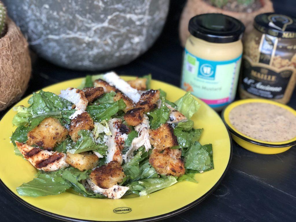Salade met gegrilde kip, croutons en een honing mosterdsaus - Familie over de kook