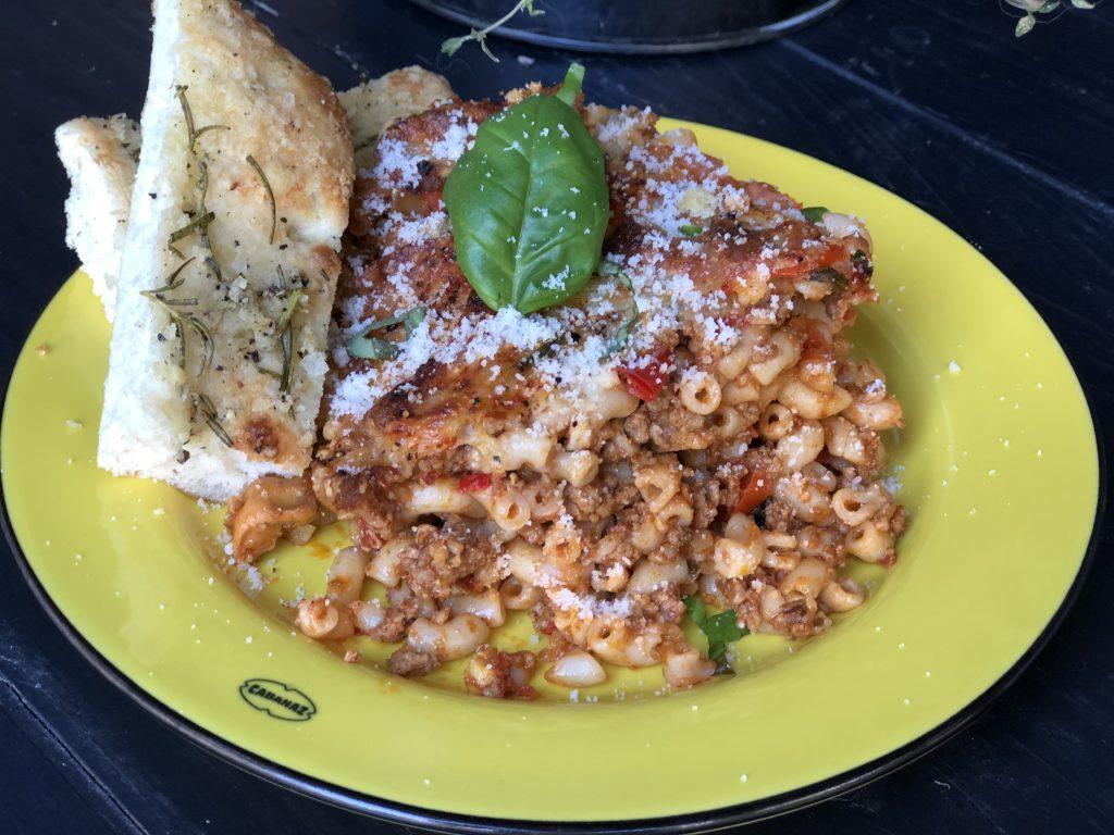 recept macaroni ovenschotel met gehakt en kruidige tomatensaus