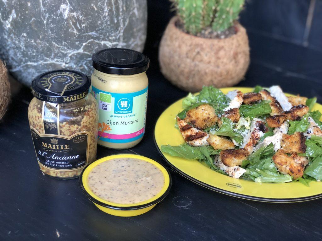 recept salade met honing mosterdsaus, gegrilde kip en croutons