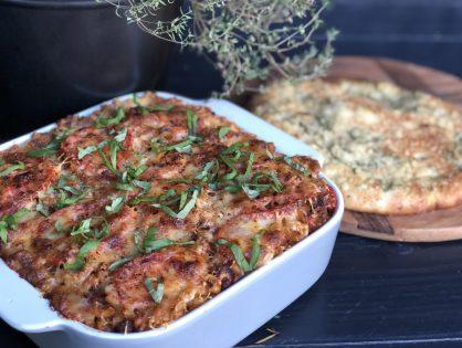 Macaroni ovenschotel met gehakt, kruidige tomatensaus en kaas
