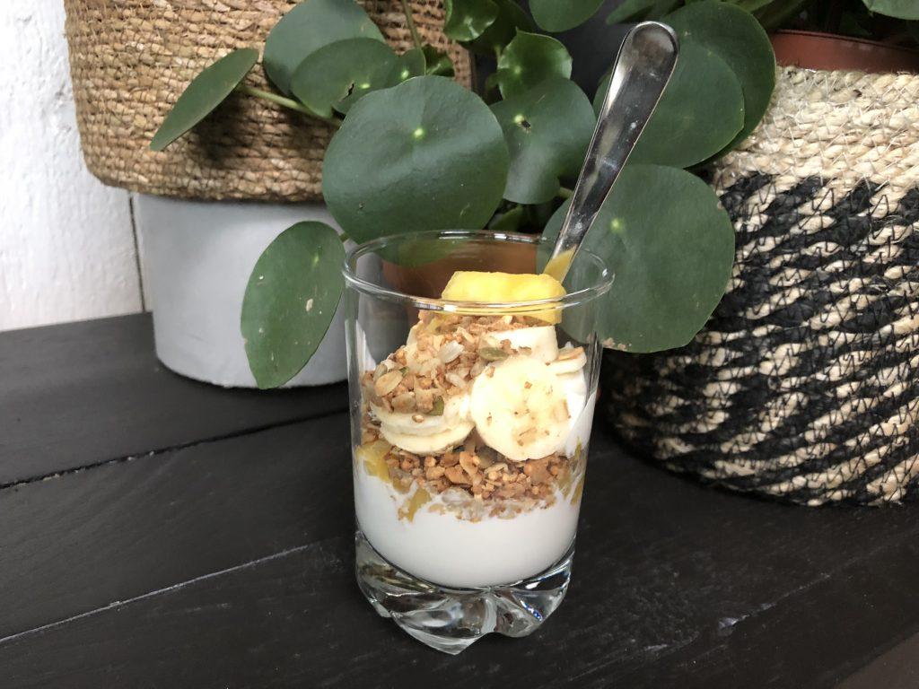 Griekse yoghurt met banaan en ananas en granola
