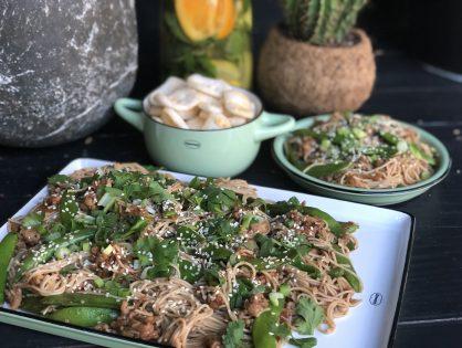 Aziatische noedels met groenten: klaar binnen 20 minuten