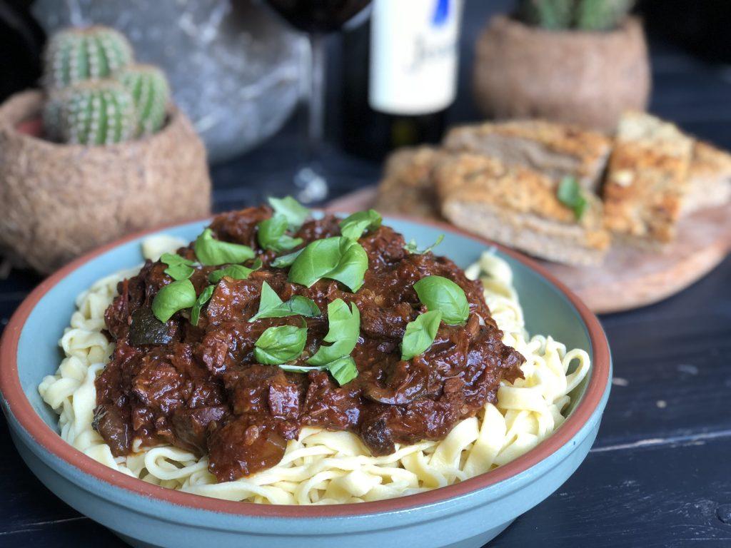 Italiaanse stoofpot met sukade, rode wijn en tomaten.