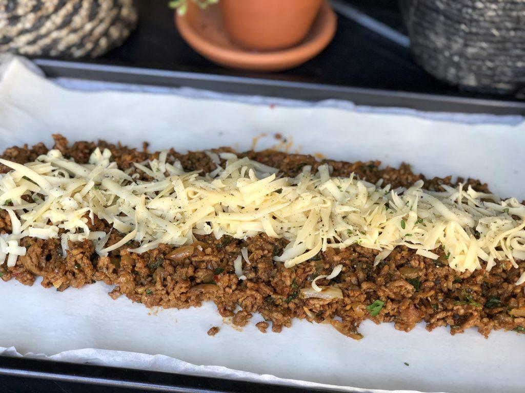 recept bladerdeeg rol gevuld met pittig gehakt en kaas