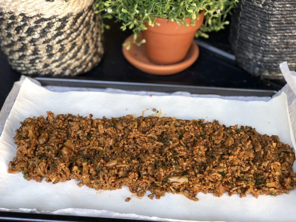 recept bladerdeeg rol gevuld met pittig gehakt snack
