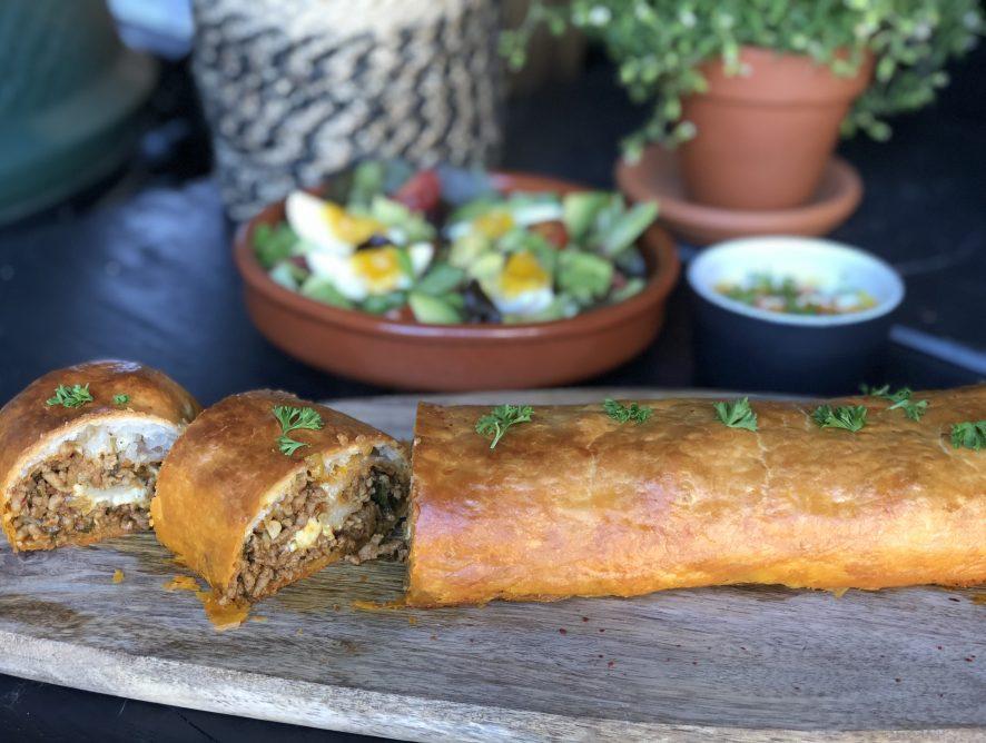 Bladerdeeg rol gevuld met pittig gehakt en kaas