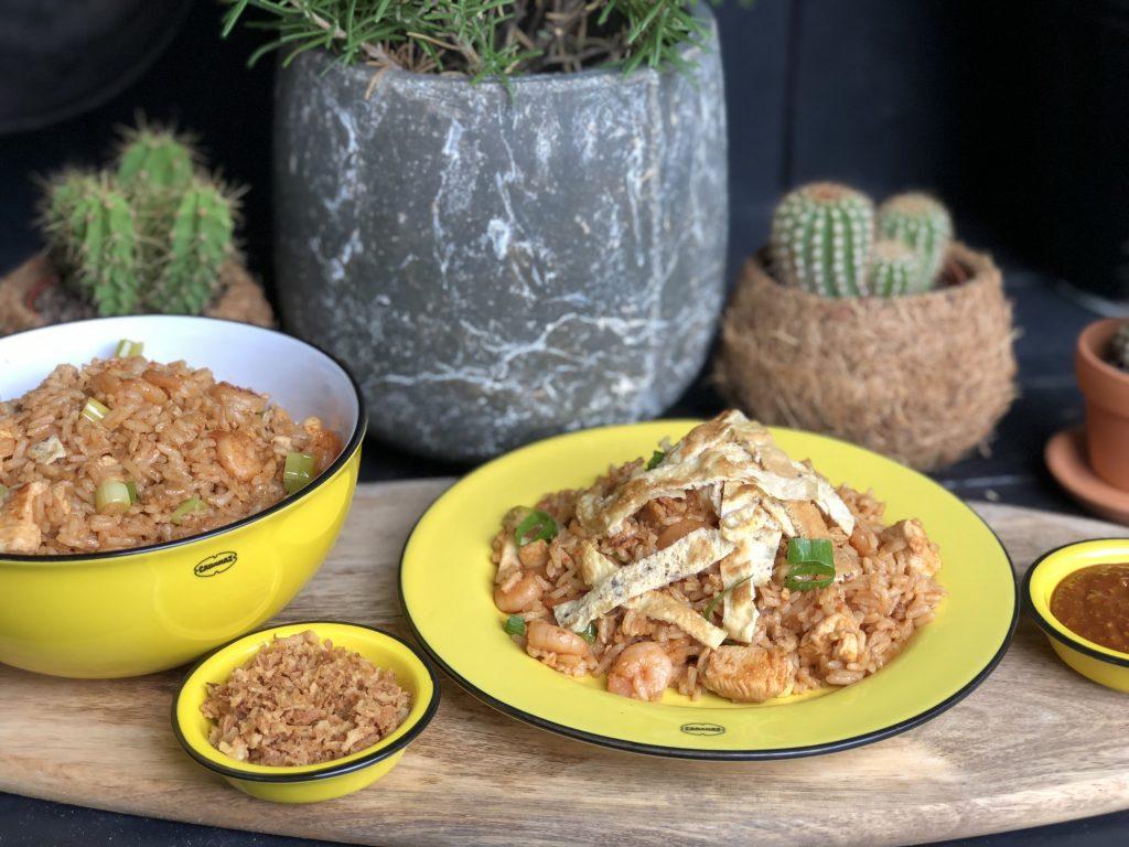 recept nasi goreng met kip en garnalen en pindasaus